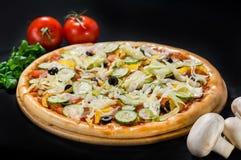 Pizza grega deliciosa do vegetariano com queijo da mussarela e de feta fotografia de stock