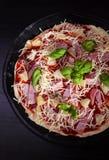 Pizza Havaí com presunto e abacaxi Imagem de Stock