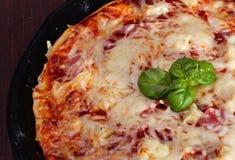 Pizza Havaí com presunto e abacaxi Fotos de Stock Royalty Free