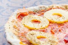 Pizza hawai stockfotos