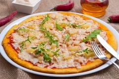Pizza hawaiana caliente con la piña y el pollo fotos de archivo libres de regalías