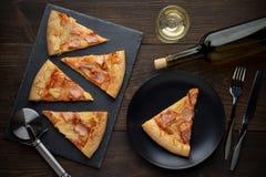Pizza hawaiana caliente fresca preparada con el vino en la tabla de madera Imagen de archivo