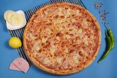 Pizza hawaiana con la piña Imágenes de archivo libres de regalías