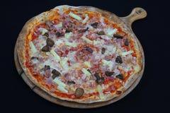 Pizza hawaiana de la corteza fina con la piña y el tocino imagen de archivo