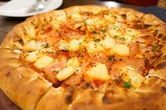 Pizza hawaiana del pollo con la piña Gusto delicioso Imagen de archivo