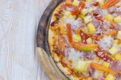 Pizza hawaiana deliciosa Fotos de archivo