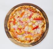 Pizza hawaiana deliciosa en el fondo blanco Fotografía de archivo libre de regalías