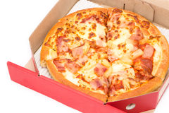 Pizza hawaiana en aislante rojo de la caja Fotos de archivo