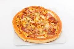 Pizza hawaiana en el plato blanco Foto de archivo