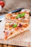 Pizza hawaiana fatta fresca (fette) Fotografie Stock Libere da Diritti
