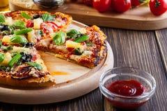 Pizza Hawaii con la cerveza Fotos de archivo libres de regalías