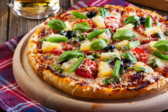 Pizza Hawaii mit Bier Lizenzfreie Stockfotos