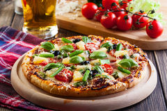 Pizza Hawaii mit Bier Stockfoto