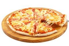 Pizza Hawaii, Mozzarella, Schinken, Ananas lokalisiert Lizenzfreie Stockfotos