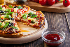 Pizza Hawaii z piwem Zdjęcia Royalty Free