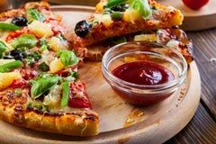 Pizza Hawaii z piwem Fotografia Royalty Free