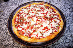 Pizza hecha en casa Fotos de archivo libres de regalías