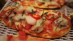 Pizza hecha en casa clásica imágenes de archivo libres de regalías