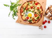 Pizza hecha en casa con las setas y rucola Imágenes de archivo libres de regalías