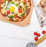 Pizza hecha en casa con las setas y rucola Imagen de archivo