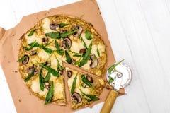 Pizza hecha en casa con las setas y rucola Visión superior Imágenes de archivo libres de regalías