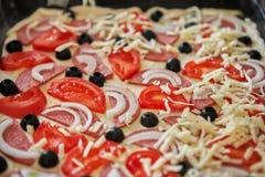 Pizza hecha en casa cruda Imagen de archivo