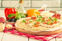 Pizza hecha en casa cruda Fotos de archivo