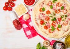 Pizza hecha en casa cruda Imagenes de archivo