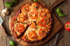 Pizza hecha en casa de la corteza de la coliflor del vegano imagen de archivo