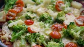 Pizza hecha en casa del veggie con bróculi, el tomate y el queso almacen de video