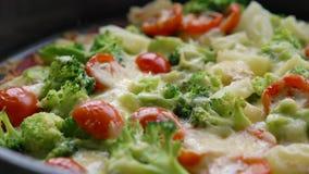 Pizza hecha en casa del veggie con br?culi, el tomate y el queso metrajes