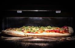Pizza hecha en casa en horno Foto de archivo libre de regalías