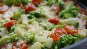 Pizza hecha en casa fresca del veggie con las verduras almacen de metraje de vídeo