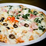 Pizza hecha en casa, medios salmones y media espinaca fotos de archivo libres de regalías