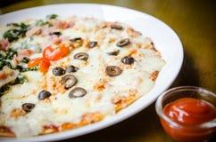 Pizza hecha en casa, medios salmones y media espinaca foto de archivo