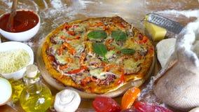 Pizza hecha en casa sabrosa de Prepearing almacen de metraje de vídeo