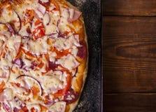 Pizza hecha en casa en una tabla de madera foto de archivo
