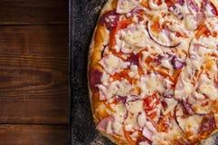 Pizza hecha en casa en una tabla de madera fotos de archivo libres de regalías