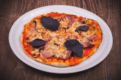 Pizza hecha a mano en la placa blanca Fotografía de archivo