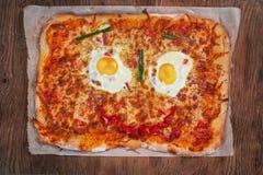 Pizza het glimlachen gezicht op houten lijst Royalty-vrije Stock Afbeelding
