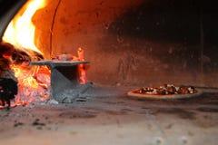 Pizza i den wood ugnen Fotografering för Bildbyråer
