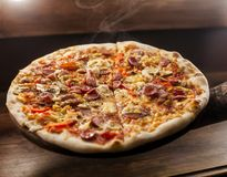 Pizza i hand arkivfoto