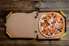 Pizza i i leveransask kan du sätta din handstil på asken royaltyfri fotografi