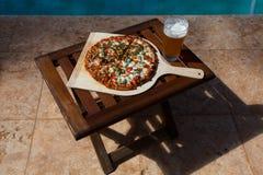 Pizza i piwo poolside w Hawaje Obrazy Stock
