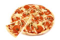 Pizza i plasterek z kiełbasą i jalapeno na białym tle obrazy stock