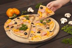 Pizza i ręka Obrazy Stock