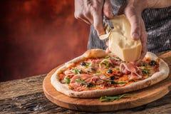 Pizza i szef kuchni Szef kuchni w restauraci przygotowywa deco i pizzę Obrazy Royalty Free