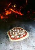 Pizza i tegelstenugnen (Horno) Arkivbild
