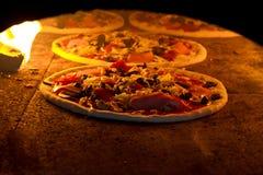 Pizza i ugnen Royaltyfri Bild
