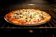 Pizza im elektrischen Ofen stockfoto